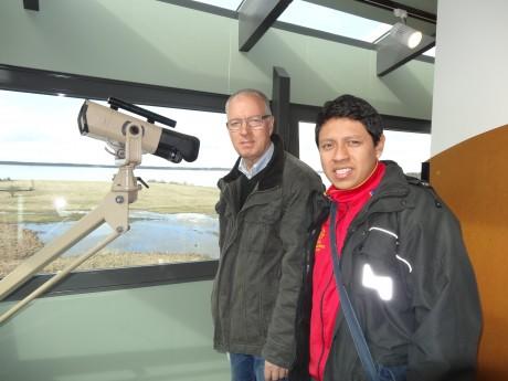 Angel Quisaguiña och Ingemar Byhlin på utflykt till Hornborgasjön