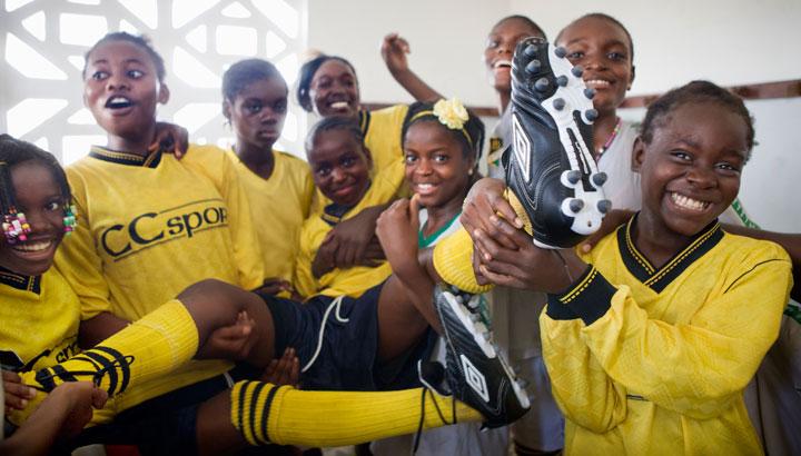 Tackbrevsbild---Fotbollstjejer_skor_Brazzaville_720