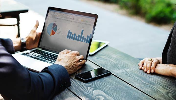 Dator med ekonomisk rapport