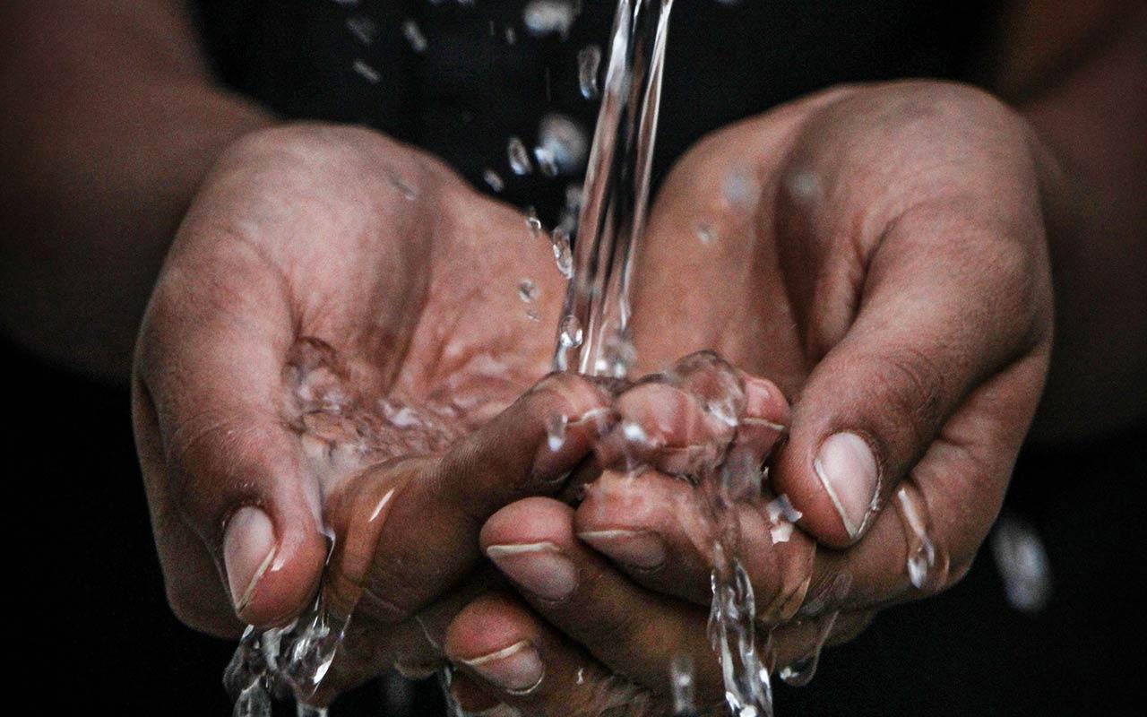 Vatten som rinner i kupade händer