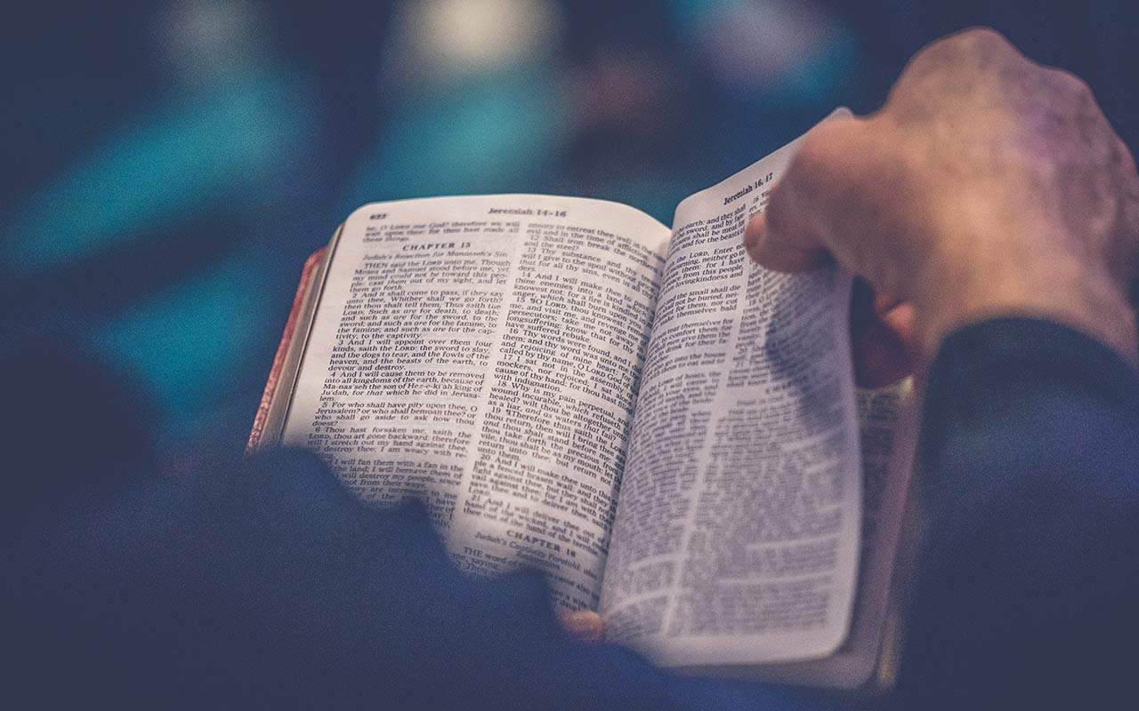 Person som läser bibeln
