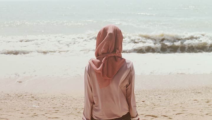 Kvinna tittar ut mot havet