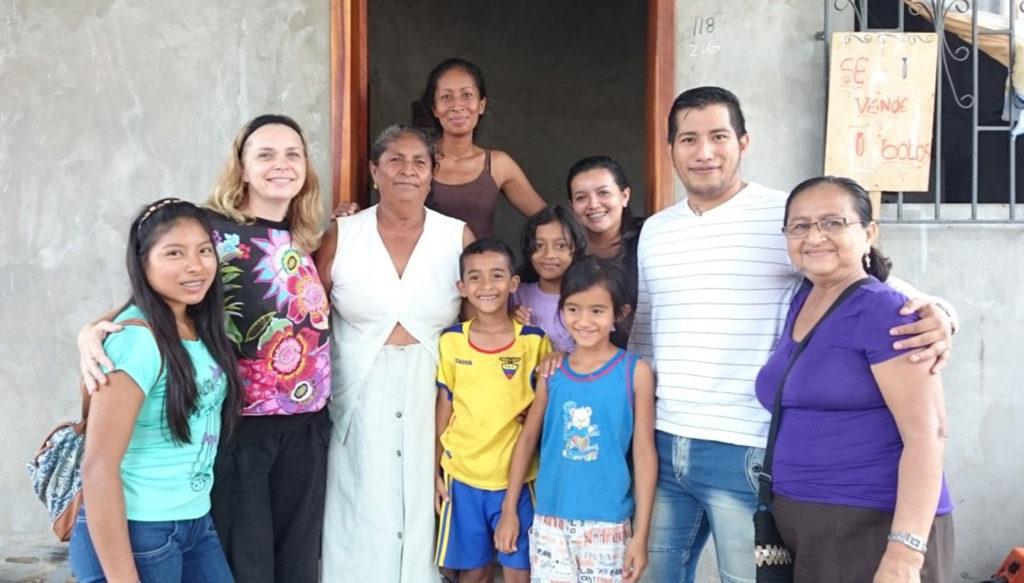 Gruppen framför sitt hus