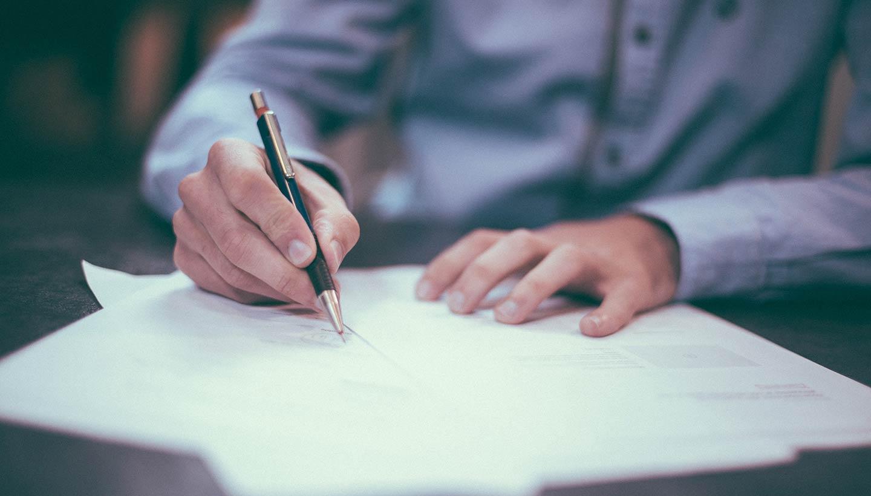 Man som skriver